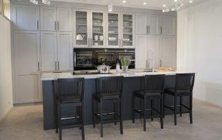Dalarö köksmiljö grå luckor & marmor bänkskiva